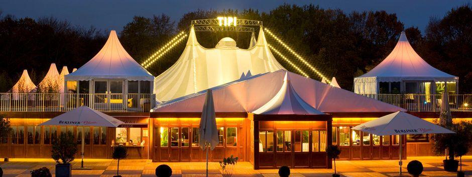 Das Theater Tipi am Kanzleramt in der Abenddämmerung
