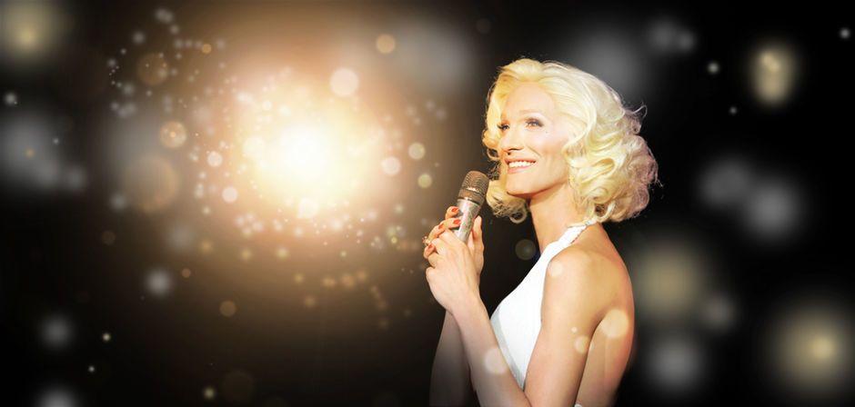 Hausdame Marlene Deluxe auf der Bühne des Tipi am Kanzleramt