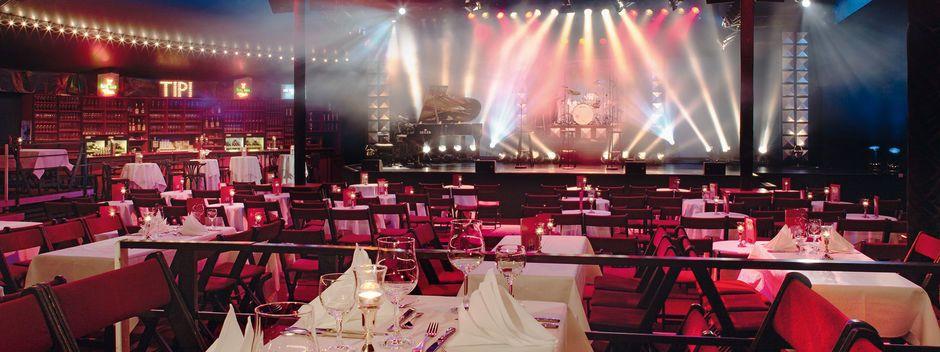 Eingedeckte Tische im Tipi am Kanzleramt mit Blick auf die Bühne