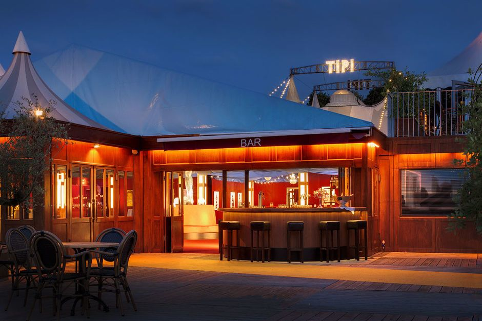 Das Tipi am Kanzleramt hat einen großen Biergarten mit Bar